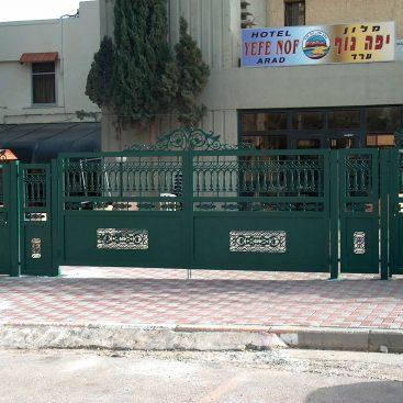 שער חניה וכניסה+יחידה קבועה עם יציקות