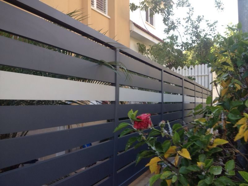 גדר ושער דגם אטום בשילוב צבעים 3