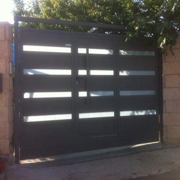 גדר ושער בשילוב זכוכית