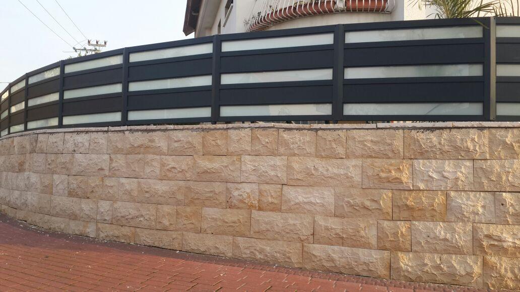 גדר ושער אלומיניום אטום משולב זכוכית 3