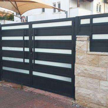 גדר ושער אלומיניום אטום משולב זכוכית