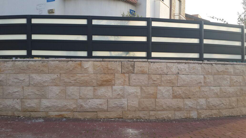 גדר ושער אלומיניום אטום משולב זכוכית 4