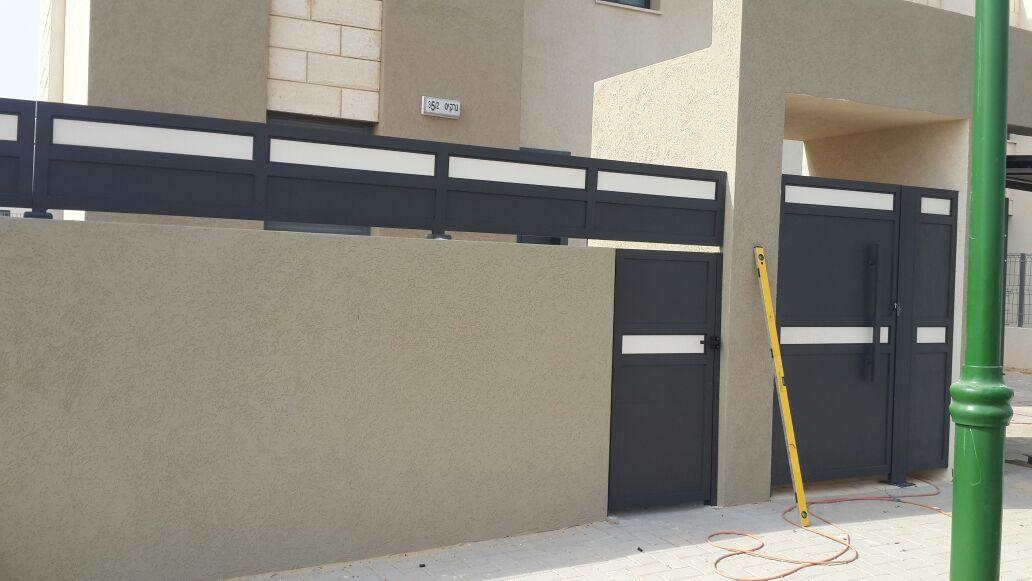 גדר ושער דגם אטום בשילוב צבעים 2