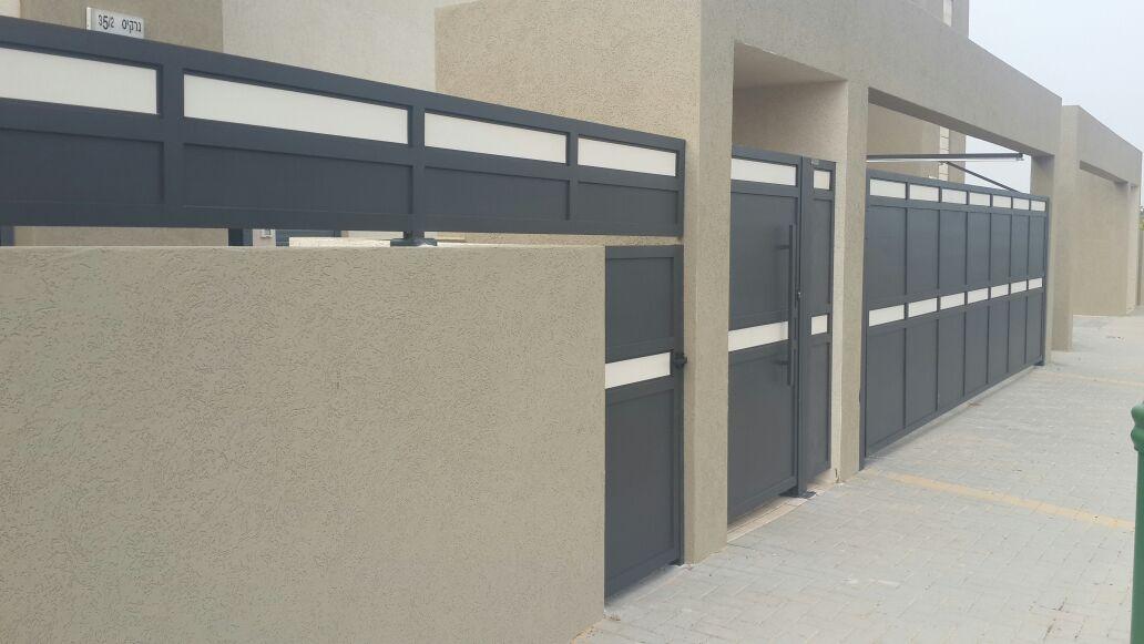 גדר ושער דגם אטום בשילוב צבעים 4