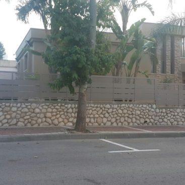 גדר דגם פנלים בשילוב סטריפים