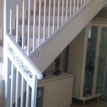 מעקה מדרגות בתוך הבית בשילוב יציקות פרחים