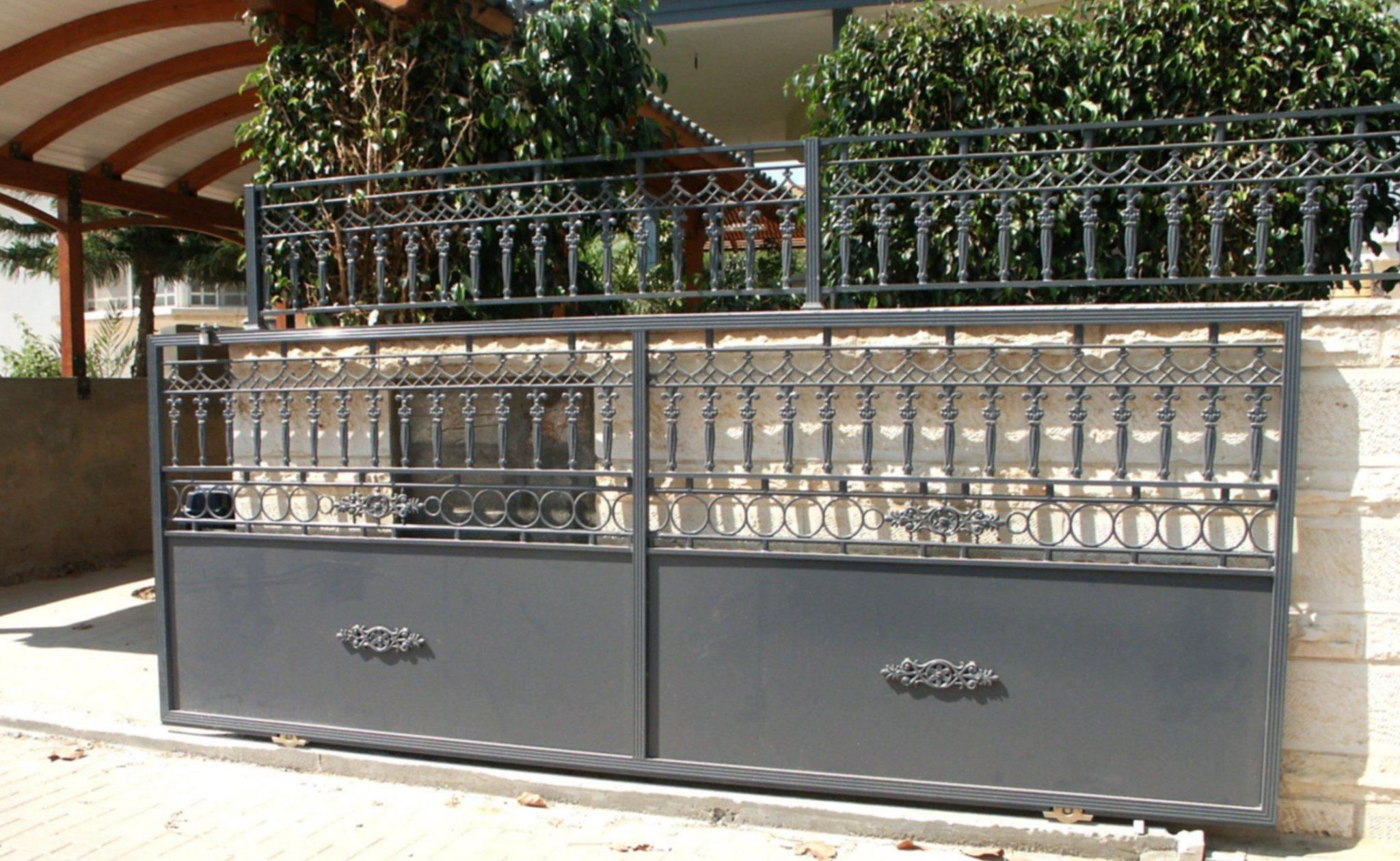 שער חניה וגדר עם יציקות