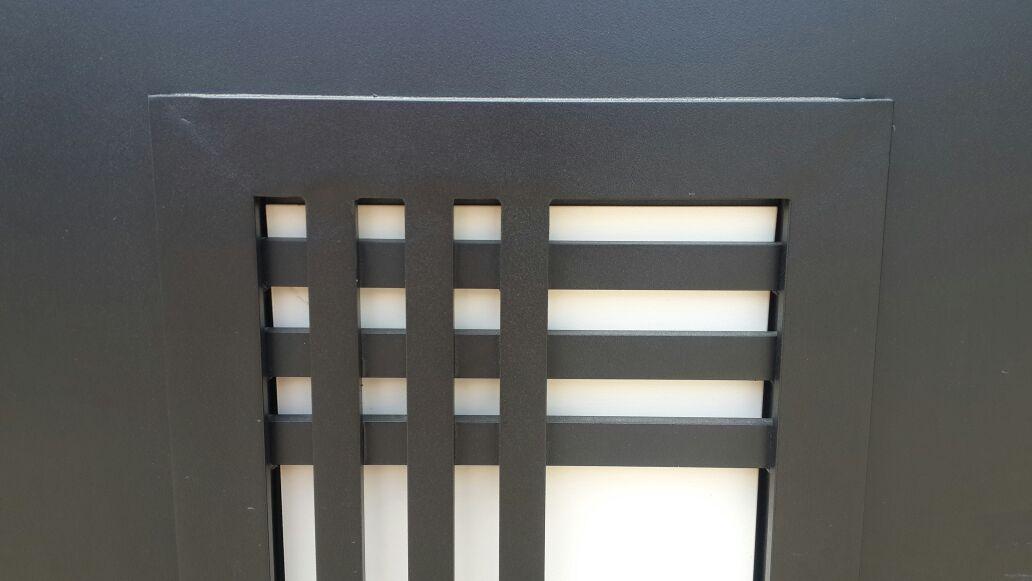 שער דגם אטום שתי וערב בשילוב זכוכית 3