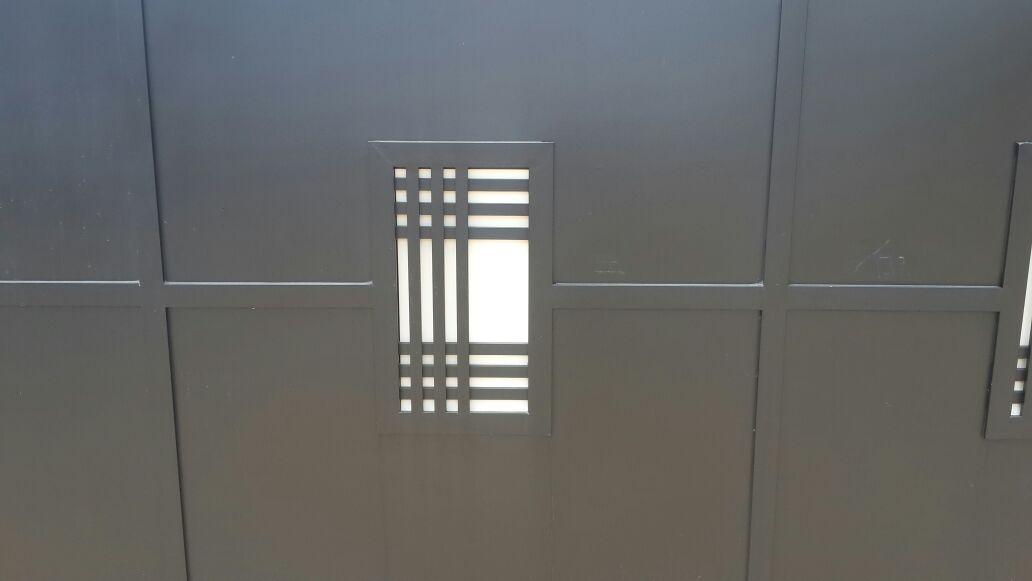 שער דגם אטום שתי וערב בשילוב זכוכית 4